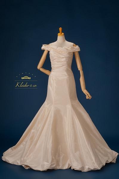 5462e3e5836b6 ... のオスカー受賞でいまや大女優の声も高い人気女優アン・ハサウェイが映画で着用したヴェラ・ウォンのウエディングドレスもクライダー&カンパニーにて販売 開始。